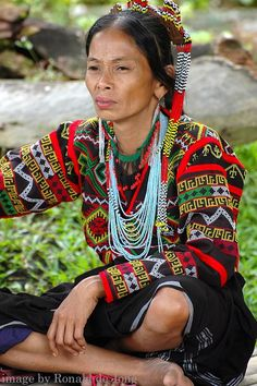 T'Boli Tribe - Mindanao, Philippines I love her expression Philippines Culture, Philippines Dress, Philippines People, Filipino Culture, Filipino Tattoos, Filipiniana, Mindanao, Ethnic Outfits, Precious Children