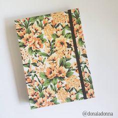 "(@donaladonna) no Instagram: ""lindo caderno artesanal, estampa floral laranja combinando com a costura e elástico preto :)…"""