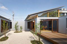Construido en 2016 en Japón. Imagenes por Daici Ano. La casa se encuentra en Hamamatsu, una ciudad en la costa sur del Japón Central conocida por su clima cálido. La viviendaes una extensión de una...