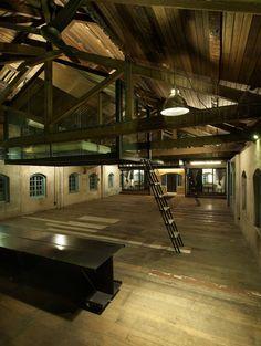 Construído pelo Seksan Design na Ipoh, Malaysia na data 2012. Imagens do Rupajiwa Studio. Sekeping Kong Heng, no charmoso centro histórico de Ipoh, é o último anexo da família de retirantes Sekeping. No terc...