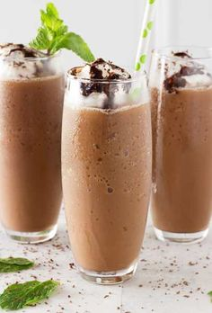 Forget spending your hard earned money on a frozen coffee drink, make your own mocha frappe at home! Easy to mek, plus tips to flavor it however you like! Frozen Coffee Drinks, Cold Coffee Drinks, Iced Coffee, Coffee Break, Coffee Art, Expresso Coffee, Cold Drinks, Coffee Shop, Coffee Cubes