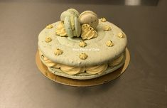 Giant Macaron Pistache Piece Of Cakes, Macarons, Mousse, Desserts, Food, Pistachio, Tailgate Desserts, Meal, Dessert