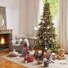 sapin de Noël décoré de boules de Noël en blanc et gris et guirlandes composées de petits cœurs et flocons de neige
