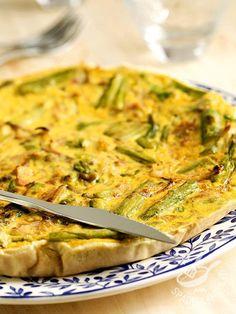 Quiche with asparagus - La Quiche agli asparagi è una sfiziosa, semplice e veloce torta rustica di sicuro effetto, perfetta come piatto unico o antipasto vegetariano appetitoso.