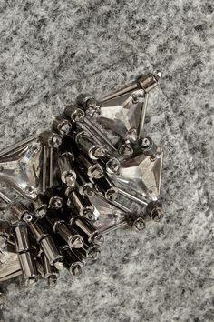 Grau melierte gekochte Wollmischung  Ohne Verschluss  Material 1: 50 % Wolle, 50 % Polyester; Material 2: 100 % Viskose  Handwäsche oder Trockenreinigung