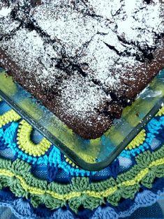 Tässä resepti kaikille niille, jotka kaipaavat täydellistä, suklaista, kiinteää, mutta silti ihanan kosteaa suklaaleivonnaista  piristykseksi lähestyvään syksyyn! Kuten vegaanisen pannukakun reseptin yhteydessä mainitsinkin, olen kevään ja kesän aikana perehtynyt yhä enemmän vegaaniseen leivontaan ja nyt testiin pääsivät browniet.  Näiden leivosten voimalla juhlittiin 19-vuotissyntymäpäiviäni viikko sitten. Vaikka itse olenkin todennut, että vegaanisuus ei useimmiten vaikuta leivonnaisen… Vegan Recipes, Sweets, Baking, Eat, Desserts, Food, Tailgate Desserts, Deserts, Gummi Candy