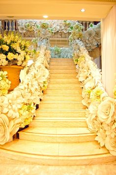 Transform any party venue into a fantasy-like dream with these beautiful, gigantic paper flowers incredibly arrayed in the staircase. Be it a wedding, debut, or any special occasion, this remarkable flower decoration will surely captivate every eye in the crowd.