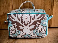 Bastelkoffer selber nähen DIY: free sewing pattern and instructions for this DIY Craftbag! Now you can take goodies with you! Various material types available! Great for Card makers, Scrapbooking, Art Journals, Any Craft!!!! Roomy interior with compartments & holders for pens etc.  VBSblog is in German, use Translate in Google to make into any language you need!  I need this bag bad! New release!!!