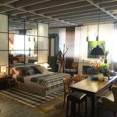 Loft no Campo é o espaço assinado pela arquiteta Paola Ribeiro na Casa Cor SP o vidro espelhado é a única divisória do ambiente que tem atmosfera rústica e despojado.