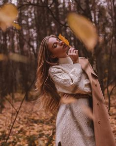 Beautiful autumn photography of a female model in orange posing in front of orange leaved trees Model Poses Photography, Autumn Photography, Creative Photography, Modeling Fotografie, Fall Portraits, Shotting Photo, Photographie Portrait Inspiration, Fall Photos, Cute Fall Pictures
