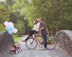 Pregnancy announcement with bicycles and balloons --- http://tipsalud.com…