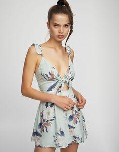 Tuta shorts a fiori scollo nodo - Salopette e Tute - Abbigliamento - Donna  - PULL BEAR    9982ec4a06d