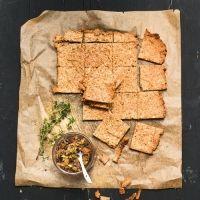 Walnuss-Cracker - Mandeln, Walmüsse, Eier, Salz und Öl - mal was anderes - http://www.brigitte.de/rezepte/rezepte/walnuss-cracker-mit-feigen-dip
