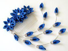Peine del pelo de la tela Flor Kanzashi. Peine del pelo flor azul real. Azul…
