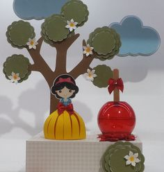 O Kit é composto por:    * 12 embalagens para doce de até 6 cm de altura tipo gota de marshimallow. (parte amarela, FOTO 4) + o recorte da Branca de Neve (como esta na foto) Totalizando 10 cm de altura, os brinco da Branca de Neve são de miçanga, ela é toda coberta por verniz e purpurina dando destaque a peça + laço de cetim na cor vermelho  * 12 maças de acrílico na cor vermelha com altura de 7cm. Uma base escalopada em papel + laço em cetim vermelho e strass (como na foto)    *NÃO ...