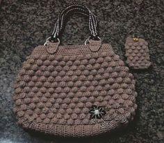 Eu amo fazer bolsas de crochê. Talvez são as peças que mais me dão prazer em confeccionar.   Esta foi de presente para a avó do meu esposo...