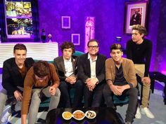 One Direction and Alan Carr and Louis had to mess the photo up, One Direction Girlfriends, The Girlfriends, One Direction Pictures, I Love One Direction, Alan Carr, Harry Styles 2012, Niall And Harry, Boys Are Stupid, Tom Daley