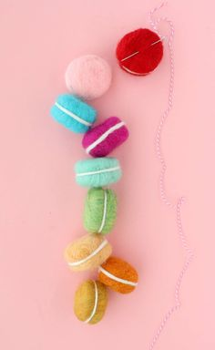DIY Felted Macaron Garland – Holiday Craft Ideas – Grandcrafter – DIY Christmas Ideas ♥ Homes Decoration Ideas Felt Diy, Felt Crafts, Diy And Crafts, Felt Garland, Diy Garland, Needle Felted Owl, Roving Yarn, Felt Owls, Beautiful Mess
