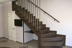 Пространство под лестницей нужно использовать с пользой, в данном случае мы разместили там сан. узел. Туалет под лестницей максимальная польза от лестницы на металлическом каркасе
