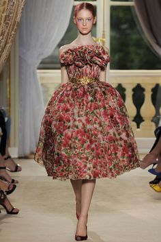 """""""Giambattista Valli - Pasarela"""" Do you think you can actually SMELL the flowers on this living flower arrangement posed as a dress? I hope someone can tell me because I'm on the fence and it's the only way I will wear it...*"""
