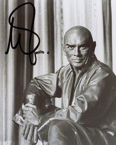 Foto firmada de Yul Brinner, interpretando  a Mongkut, Rey de Siam, en 'El rey y yo' ('The King and I'). La original la están subastando en esta web: http://www.icollector.com/Yul-Brynner_i11385591 . Entre 100 y 200 dólares, tela marinera.