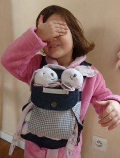 Porte-poupon pratique. Patron maison. American Girl, Doll Clothes, Creations, Barbie, Dolls, Bags, Fashion, Toys, Custom In