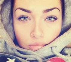 Perfect eyebrows! they don't look fake or full of makeup!. I wish mine were nice and full like this. I have big eyebrows, but the hairs are sparse.