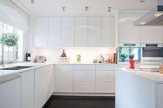 ikea kitchen mix voxtorp - Google Search Kitchen Corner, Kitchen Layout, New Kitchen, Kitchen Decor, Kitchen Modern, Kitchen Living, Living Room, Voxtorp Ikea, Kitchen Flooring