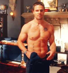 Stephen Amell as Oliver Queen on Arrow (gif)