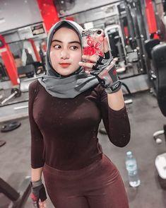 "SALMA SALSHA ✨ di Instagram ""kalian aktif olahraga mulai kapan? kalo aku dr 17 tahun 😁 . .. .. ... ... ... ... ... ... ... ... #gym #fitness #bodybuilder"" Beautiful Hijab Girl, Beautiful Muslim Women, Hijabi Girl, Girl Hijab, Hijab Jeans, Arab Girls Hijab, Muslim Beauty, Hijab Fashionista, Hijab Chic"