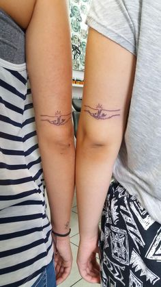 -Friend Tattoos – friendship tattoo 2017 trend Friend Tattoos – tatuaje de amistad See it Twin Tattoos, Sibling Tattoos, Paar Tattoos, Word Tattoos, Couple Tattoos, Body Art Tattoos, Small Tattoos, Sleeve Tattoos, Animal Tattoos