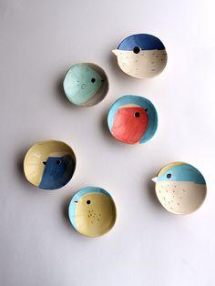 Visitez le bureau de poste pour plus. Ceramic Clay, Ceramic Plates, Ceramic Pottery, Pottery Art, Ceramic Birds, Wall Plates, Slab Pottery, Side Plates, Pottery Painting