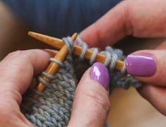 Use this knitting tutorial to learn how to knit a simple bind off with more stretch than a regular bind off and is perfect for cuffs and shawl edges. M1l Knitting, Bind Off Knitting, Knitting Socks, Knitted Washcloth Patterns, Knitted Washcloths, Knitting Patterns, Stretchy Bind Off, Learn How To Knit, Cast Off