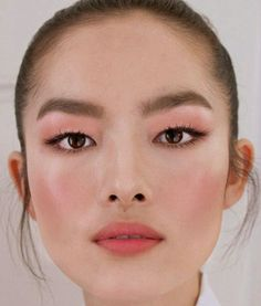 Do not worry, we will not present a wild trend for eyebrows. Draping is a portable make-up technique under the radar, in which the cheekbones are modeled and contoured with rouge. Makeup Trends, Eyebrow Trends, Makeup Inspo, Makeup Inspiration, Makeup Tips, Beauty Makeup, Hair Makeup, Hair Beauty, Pink Makeup