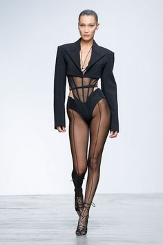 Discover NOWFASHION, the first real time fashion photography magazine to publish exclusive live fashion shows. Bella Hadid Outfits, Bella Hadid Style, Catwalk Fashion, Fashion Show, Fashion Design, Fashion Poses, Fashion Outfits, 1950 Pinup, Moda Paris