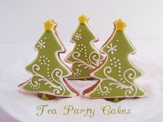 Might have to make some next Christmas, or, maybe adapt the idea to Easter egg shaped cookies? Gingerbread Christmas Tree, Christmas Tree Cookies, Christmas Sweets, Cute Cookies, Noel Christmas, Holiday Cookies, Christmas Baking, Gingerbread Cookies, Gingerbread Houses