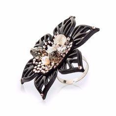 """""""Toccamipiano piano sono un #fiore fragile che libera un #profumo #dolce e amabile se mi raccogli tutto finirà."""" (Biagio Antonacci """"Fiore"""") I #fiori l'#eleganza la dolcezza e un tocco di mistero. Un fiore #bellissimo il fiore del vento la #blackanemone di Ipnotix è in #cristalliswarovski #vintagerose un #anello #3d dal #fascino vellutato.  #Flowers #elegant and #feminine with a touch of mistery.  A #beautiful flower Ipnotix's Black Anemone #ring is made in #3dprinting and embellished with…"""