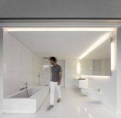 Fran Silvestre Arquitectos completes a volume-shifting house between the pine forest of Spain