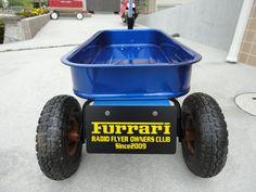 《No.032》  ・ニックネーム  ダッツン     ・メーカー名、車種、年式  RADIO FLYER #93B(改) Ranger Wagon     ・アピールポイント  #89のパンをブルーメタリック塗装し#93Bに装着。隼製作所製アルミ削出しセーフティボール、ふじた院長プロデュースのアールスター工房制作のアルミ製7型ハンドル&シルバーアルマイト製ナンバーステー。Furrariオーナーズナンパープレート。エアタイヤ。