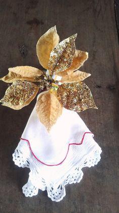 Porta guardanapos de natal feito com bico de papagaio artificial dourado.