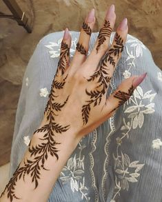 Image may contain: one or more people Pretty Henna Designs, Henna Tattoo Designs Simple, Arabic Henna Designs, Unique Mehndi Designs, Latest Mehndi Designs, Bridal Mehndi Designs, Mehndi Designs For Hands, Bridal Henna, Henna Tattoo Hand