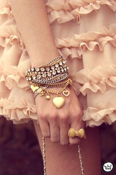 Kultainen rusettisormus sopii hyvin yhteen kerrostettujen käsikorujen kanssa. Lovely bow ring with layered bracelets.