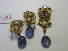Parure compsée, d' une paire de boucles d'oreilles et d'un pendentif, or , ornée de diamants taillés en rose, de saphirs cabochons ( Ceylan), et perles baroques. Travail Indien
