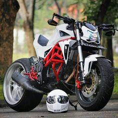 Street Fighter Motorcycle, White Motorcycle, Futuristic Motorcycle, Motorcycle Outfit, Motorcycle Bike, Ktm Dirt Bikes, Honda Bikes, Harley Bikes, Bobber Bikes