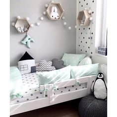 WEBSTA @ decoduo_ba - Buen Martes! Una alternativa al celeste o rosa para un cuarto infantil: gris y verde menta con un toque negro. Sumamos diseño en los estantes de madera natural y la cama en blanco. ( @kajatef) #decoduokids#decor#interior
