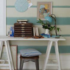 Wohnideen Arbeitszimmer Home Office Büro - Landhausstil Büro zu Hause mit blau gestreiften Tapeten