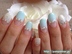 ミントグリーンとパールホワイトの逆フレンチネイル (Reverse French nail pearl white and mint green)