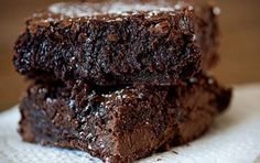 These Nutella Brownies are ooey gooey fudgy and so delicious! They are bursting with fudgy goodness. The Nutella gives them just the right amount of fudgyness without really giving them that Nutella Just Desserts, Delicious Desserts, Dessert Recipes, Yummy Food, Desserts Nutella, Nutella Brownies, Homemade Brownies, Gooey Brownies, Cocoa Brownies