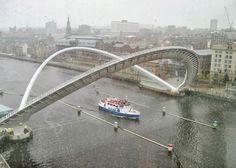 Lluvia sobre el puente Gateshead Millennium, situado entre las ciudades de Gateshead y Newcastle en el Reino Unido:
