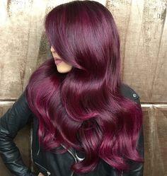 Chica con el cabello teñido en color rojo borgoña                              …